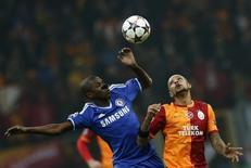 O jogador do Chelsea Ramires disputa bola com Felipe Melo, do Galatasaray, em partida desta quarta-feira em Istanbul. REUTERS/Murad Sezer