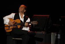 El guitarrista español Paco de Lucía durante una presentación en Túnez el año pasado. Archivo. REUTERS/Zoubeir Souissie. De Lucía, uno de los referentes mundiales del flamenco, falleció la madrugada del miércoles en la localidad mexicana de Cancún a los 66 años, debido a un ataque al corazón, según informaron autoridades y amigos.