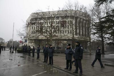 Ukraine leader warns Russia after armed men seize...