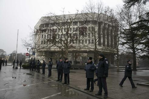 Ukraine leader warns Russia after armed men seize government HQ in Crimea