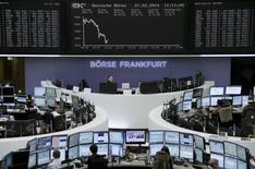 Les Bourses européennes confirment leur baisse à la mi-journée, des résultats de sociétés médiocres couplés aux tensions en Ukraine stoppant net le rally observé ce mois-ci et provoquant une intensification de la volatilité. Le CAC 40 cède 0,77% à 4.363,19, tandis que le Dax lâche 1,56%. /Photo prise le 27 février 2014/REUTERS/Remote