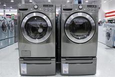 Unas lavadoras y secadoras a la venta en una tienda en Nueva York, jul 28 2010. Los pedidos de bienes duraderos manufacturados en Estados Unidos, excluyendo transporte, subieron inesperadamente el mes pasado al igual que un indicador de planes de gastos de las empresas, en datos que probablemente no cambien la visión de que la actividad fabril se está desacelerando. REUTERS/Shannon Stapleton