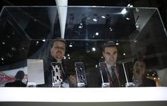 Unos visitantes en el puesto de Sony en el Mobile World Congress de Barcelona, feb 26 2014. El sector de la telefonía móvil ha empezado a ver con creciente interés al veloz crecimiento de la demanda de teléfonos avanzados por 100 dólares o menos, a medida que el mercado de los dispositivos de más alta gama se satura, aunque no todas las compañías pueden o quieren bajar los precios. REUTERS/Albert Gea
