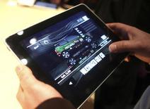 Una persona prueba un juego de video en una tableta iPad de Apple en San Francisco, EEUU, ene 27 2010. La Comisión Europea anunció el jueves planes para enfrentar uno de los problemas de la era moderna: los juegos en tabletas y teléfonos móviles que permiten que niños y adultos acumulen grandes facturas en las tarjetas de crédito al realizar compras dentro de la aplicación. REUTERS/Kimberly White