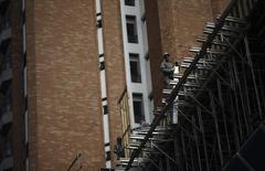 Funcionários trabalham em um canteiro de obras de um prédio residencial em São Paulo. Encerrada a fase de arrumação da casa na Gafisa, o presidente da incorporadora prevê que a empresa elevará as margens em 2014 e recuperar a participação de mercado perdida nos últimos anos, quando diminuiu o ritmo após ser atingida por cancelamentos de contratos e redimensionamento de custos. 06/05/2013 REUTERS/Nacho Doce