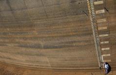Um funcionário da Sabesp na represa de Jaguary em Bragança Paulista. O nível dos reservatórios das hidrelétricas no Sudeste/Centro Oeste do país, principal para abastecimento de energia elétrica no Brasil, caiu para abaixo de 35 por cento de armazenamento, volume inferior à estimativa do Operador Nacional do Sistema Elétrico (ONS) para o término de fevereiro. 31/01/2014 REUTERS/Nacho Doce