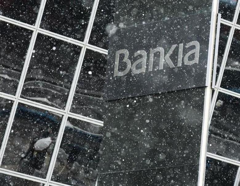 Snow falls at Bankia headquarters in Madrid, February 3, 2014. REUTERS/Andrea Comas