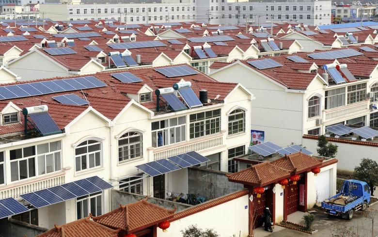 Solar panels are seen on the roofs of residential houses in Qingnan village of Lianyungang, Jiangsu province January 8, 2014. REUTERS/Stringer