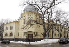 Центральный офис Мечела в Москве, 25 февраля 2010 года. Акции Мечела упали на 40 процентов до нового исторического минимума при снижении индекса ММВБ на один процент, и Московская биржа перевела торги бумагами в режим дискретного аукциона. REUTERS/Sergei Karpukhin