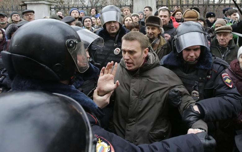 Police detain opposition leader Alexei Navalny outside a courthouse in Moscow February 24, 2014. REUTERS/Tatyana Makeyeva