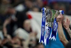 """Игроки """"Бирмингема"""" держат трофей после победы над """"Арсеналом"""" в финале Кубка английской лиги на стадионе """"Уэмбли"""" в Лондоне 27 февраля 2011 года. REUTERS/Eddie Keogh"""
