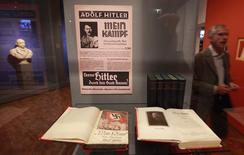 """Cópias do livro """"Mein Kampf"""", de Adolf Hitler, fotografadas no Museu Histórico Alemão, em Berlim. Cópias autografadas do """"Mein Kampf"""", o manifesto escrito por Adolf Hitler, foi vendido por 64.850 dólares em um leilão na quinta-feira, em Los Angeles, informou a casa de leilões Nate D. Sanders. 13/10/2010. REUTERS/Fabrizio Bensch"""
