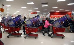 Unas personas compran televisores durante el feriadio del día de Acción de Gracias en una tienda de la minorista Target en Chicago, EEUU, nov 28 2013. La confianza del consumidor de Estados Unidos subió levemente en febrero, pese a que persistían las preocupaciones por un clima extremadamente frío, según un informe publicado el viernes. REUTERS/Jeff Haynes