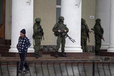Homens armados montam guarda no aeroporto de Simferopol, na região da Crimeia. Homens armados tomaram o controle de dois aeroportos na região da Crimeia nesta sexta-feira, o que o governo da Ucrânia descreveu como uma invasão e ocupação por forças russas, levantando tensões entre Rússia e o Ocidente. 28/02/2014. REUTERS/Baz Ratner