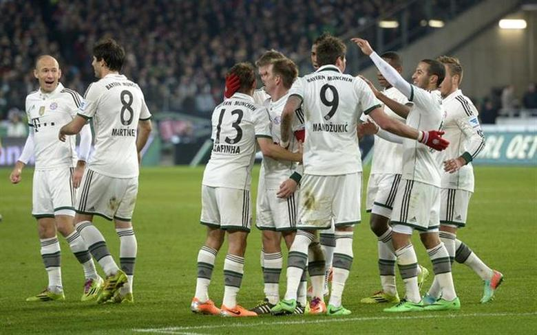 Bayern Munich's players celebrate after a goal was scored during the German Bundesliga first division soccer match against Hanover 96 in Hanover, February 23, 2014. REUTERS/Fabian Bimmer