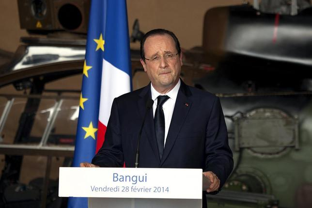 French President Francois Hollande speaks and greets troops at the French military base in Bangui's Mpoko international airport February 28, 2014. REUTERS/Rey Byhre