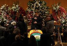 Pepe de Lucia (centro), irmão do violonista espanhol Paco de Lucía, é confortado por familiares durante velório do irmão, em Madri, na Espanha, nesta sexta-feira. 28/02/2014 REUTERS/Susana Vera