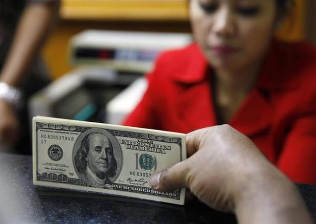 2月28日、終盤のニューヨーク外為市場では、ドルが対ユーロで2カ月ぶりの安値をつけた。昨年8月撮影(2014年 ロイター/Beawiharta)