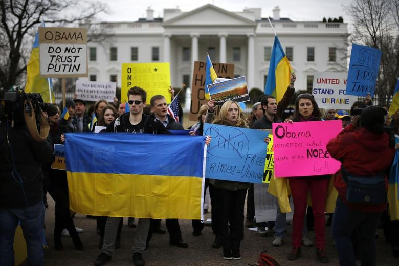 Protesters call for U.S. action against possible Russian incursions into Ukraine, in front of the White House in Washington March 1, 2014. REUTERS/Jonathan Ernst