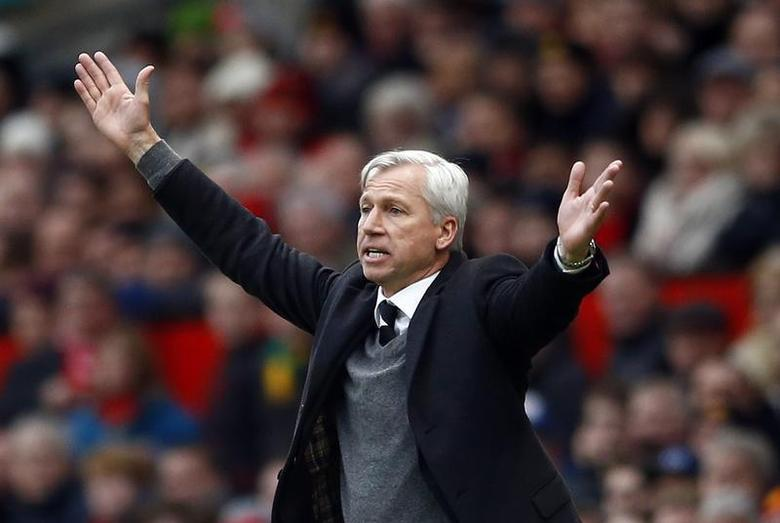 Newcastle United manager Alan Pardew reacts during their English Premier League soccer match against Manchester United at Old Trafford in Manchester, northern England December 7, 2013. REUTERS/Darren Staples
