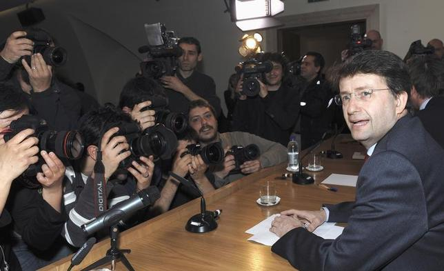 Italy's Democratic Party leader Dario Franceschini talks with photographers prior to the start of a news conference at the foreign press headquarters in Rome March 30, 2009. REUTERS/Alessandro Bianchi