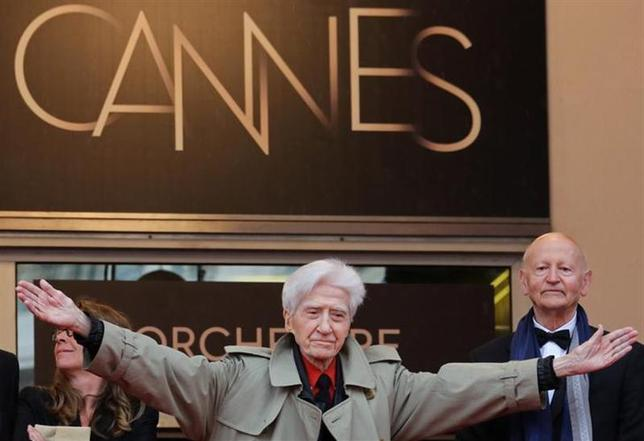 Director Alain Resnais welcomes cast members during red carpet arrivals for the film ''Vous n'Avez Encore Rien Vu'', in competition at the 65th Cannes Film Festival, May 21, 2012. REUTERS/Vincent Kessler/Files