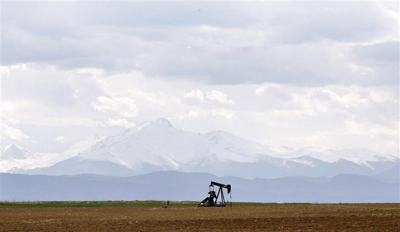 An oil derrick is seen in a field near Denver, Colorado in this file photo from May 16, 2008. REUTERS/Lucas Jackson/Files