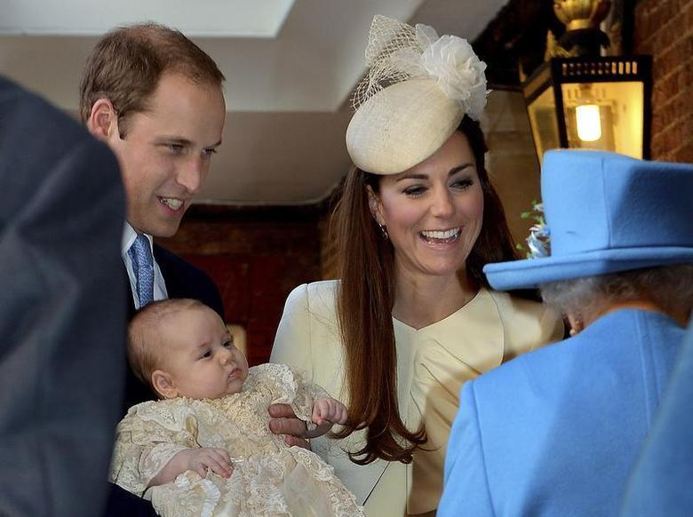 Britain's Prince William carries his son Prince George, as he arrives with his wife Catherine, Duchess of Cambridge for their son's christening at St James's Palace in London October 23, 2013. REUTERS/John Stillwell/pool