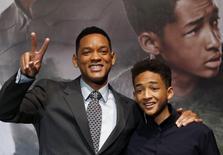 """L'acteur Will Smith et son fils Jaden ont été distingués samedi lors de la soirée des Razzies Awards, qui récompensent les pires films de l'année, pour leur prestation dans le dernier long-métrage de M. Night Shyamalan, """"After Earth"""". /Photo prise le 21 juin 2013/REUTERS/Issei Kato"""