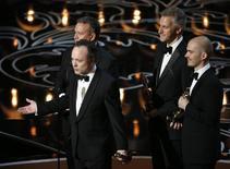 """Tim Webber (no microfone) agradece em nome de Chris Lawrence, Dave Shirk e Neil Corbould pelo Oscar de efeitos visuais para """"Gravidade"""", em Los Angeles, neste domingo. 02/03/2014 REUTERS/Lucy Nicholson"""