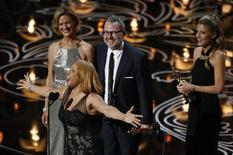"""Darlene Love canta ao lado de Morgan Neville e Caitrin Rogers (direita) após receberem o Oscar de melhor documentário por """"A Um Passo do Estrelato"""", neste domingo, em Los Angeles. 02/03/2014 REUTERS/Lucy Nicholson"""