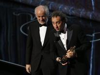 """O diretor Paolo Sorrentino (direita) e o ator Tony Servillo recebem o Oscar de melhor filme estrangeiro por """"A Grande Beleza"""" (Itália), em Los Angeles, no domingo. 02/03/2014 REUTERS/Lucy Nicholson"""