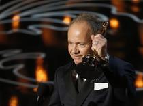 """Glenn Freemantle recebe o Oscar de melhor edição de som por """"Gravidade"""", nesta segunda-feira, em Los Angeles. 03/03/2014 REUTERS/Lucy Nicholson"""