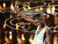 """Lupita Nyong'o ganha o Oscar de melhor atriz coadjuvante por seu trabalho em """"12 Anos de Escravidão"""", nesta segunda-feira, em Los Angeles. 03/03/2014 REUTERS/Lucy Nicholson"""