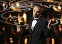 """Emmanuel Lubezki recebe o Oscar de melhor fotografia por """"Gravidade"""", em Los Angeles, nesta segunda-feira. 03/03/2014 REUTERS/Lucy Nicholson"""