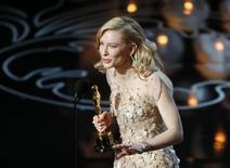 """Cate Blanchett ganha o Oscar de melhor atriz por """"Blue Jasmine"""", em Los Angeles, nesta segunda-feira. 03/03/2014 REUTERS/Lucy Nicholson"""