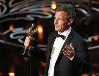 """Spike Jonze fatura Oscar de melhor roteiro original por """"Ela"""", em Los Angeles, nesta segunda-feira. 03/02/2014 REUTERS/Lucy Nicholson"""