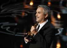 """O mexicano Alfonso Cuarón leva o Oscar de melhor diretor por """"Gravidade"""", em Los Angeles, nesta segunda-feira. 03/03/2014 REUTERS/Lucy Nicholson"""