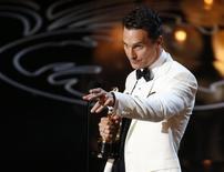 """Matthew McConaughey acepta el Oscar a mejor actor por su rol en """"Dallas Buyers Club"""" en la octogésima sexta entrega de los premios de la Academia de Artes y Ciencias Cinematográficas de Estados Unidos en Hollywood, California, 2 de marzo del 2014. REUTERS/Lucy Nicholson"""