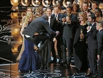 """O diretor e produtor Steve McQueen pula para comemorar o Oscar de melhor filme para """"12 Anos de Escravidão"""", nesta segunda-feira, em Los Angeles. 03/03/2014 REUTERS/Lucy Nicholson"""