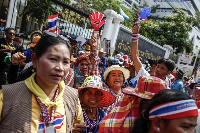Farmers take part in a rally demanding the Yingluck administration resolve delays in payment, at the office of the auditor general in Bangkok March 3, 2014. REUTERS/Athit Perawongmetha