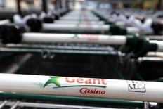 Casino, qui a annoncé la signature d'une ligne de crédit à cinq ans pour un montant de 1,2 milliard d'euros auprès d'un groupe de 18 banques, à suivre lundi à la Bourse de Paris. /Photo d'archives/REUTERS/Eric Gaillard
