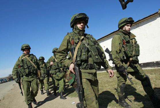 Military personnel, believed to be Russian servicemen, walk in formation outside the territory of a Ukrainian military unit in the village of Perevalnoye outside Simferopol March 3, 2014. REUTERS-David Mdzinarishvili