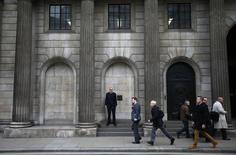 El edificio de la Bolsa de Londres, nov 11 2013. La creciente amenaza de guerra entre Ucrania y Rusia asustaba a los mercados y llevaba a los inversores a buscar seguridad el lunes, derrumbando a las bolsas e impulsando al oro a máximos de cuatro meses. REUTERS/Eddie Keogh