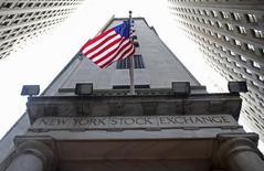 Американский флаг на здании Нью-Йоркской фондовой биржи 5 ноября 2012 года. Котировки российский компаний, обращающихся на биржах США, открыли торги заметным снижением, опережая в темпах падения основные биржевые индексы на фоне новостей из России. REUTERS/Chip East