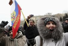 Unos manifestantes pro-Rusia en una protesta frente al edificio del gobierno regional en Donetsk, Ucrania, mar 3 2013. Una misión del Fondo Monetario Internacional (FMI) llegará a Kiev el lunes y empezará consultas el martes, dijo un funcionario del banco central ucraniano en Kiev. REUTERS/Valeriy Bilokryl