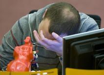 """Трейдер во время торгов на фондовой бирже ММВБ в Москве 28 ноября 2008 года. Российский фондовый рынок в первый торговый день марта вспомнил период кризиса 2008 года, когда биржевые индексы и """"голубые фишки"""" могли потерять за день по 10-15 процентов. REUTERS/Sergei Karpukhin"""