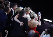 Ellen DeGeneres tira uma foto em grupo durante a cerimônia do Oscar em Hollywood. Um autorretrato feito no domingo com a apresentadora Ellen DeGeneres que incluiu estrelas como Meryl Streep, Jennifer Lawrence e Bradley Cooper durante a cerimônia do Oscar rapidamente tornou-se a imagem mais compartilhada da história do Twitter. 02/03/2014 REUTERS/Lucy Nicholson