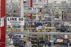 Unos trabajadores en la planta manufacturera de Whirlpool en Cleveland, EEUU, ago 21 2013. El crecimiento del sector manufacturero de Estados Unidos se aceleró en febrero desde un ritmo que había sido el menor en ocho meses, favorecido por una recuperación de los nuevos pedidos, mostró el lunes un reporte del sector. REUTERS/Chris Berry