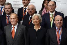 O Rei da Espanha, Juan Carlos, posa para a mída com a diretora-gerente do FMI, Christine Lagarde, o ministro espanhol da Economia, Luis de Guindos, e líderes empresariais durante uma sessão de fotos em um fórum econômico na cidade espanhola de Bilbao. A diretora-gerente do Fundo Monetário Internacional, Christine Lagarde, afirmou nesta segunda-feira que o FMI vê risco de um período prolongado de inflação baixa na zona do euro. 03/03/2014 REUTERS/Vincent West
